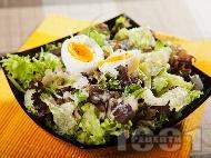 Зелена салата с айсберг, маруля, рукола, варени яйца и бял сос с хрян, кисело мляко, майонеза, каперси и мед
